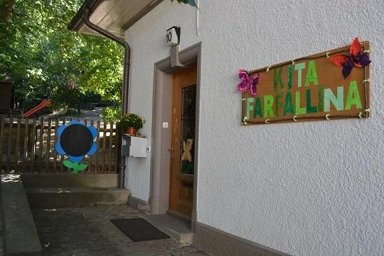Eingang Kita Farfallina, hinten Garten der Kita