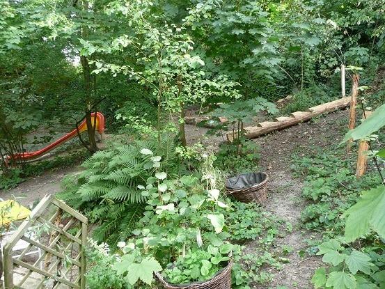 Garten Kita Farfallina - Rutschbahn und weitere Spielmöglichkeiten